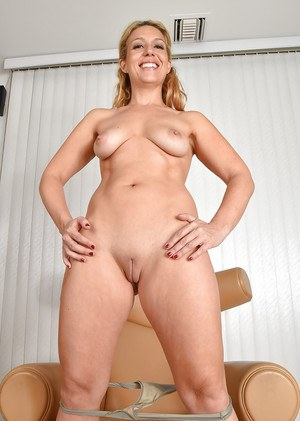 Mature shaved beatiful pussy
